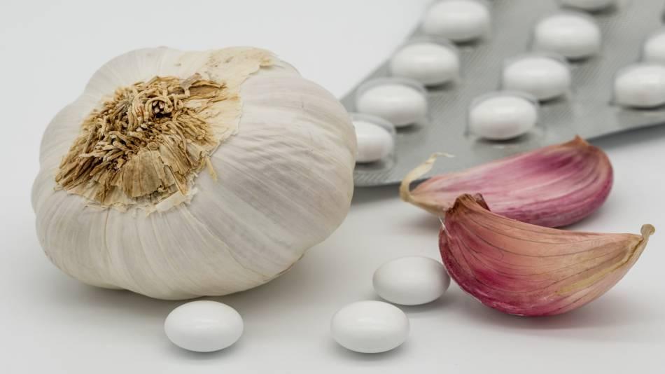 Garlic to Lower Cholesterol -- garlic cloves and pills